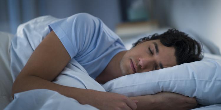 Uyuyan genç erkek görseli